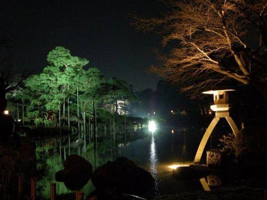 Lanternes de Pierre dans le jardin japonais de Kenrokuen à ...