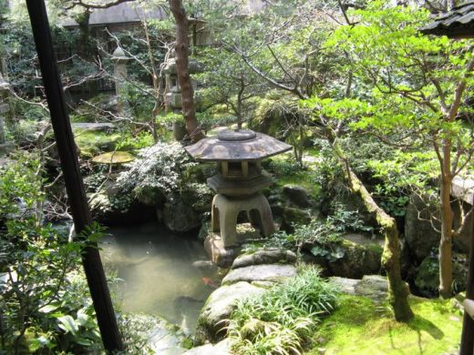 Lanternes de pierre dans le jardin japonais de kenrokuen for Jardin kenrokuen en kanazawa