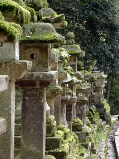 Lampes de jardin et statue de pierre