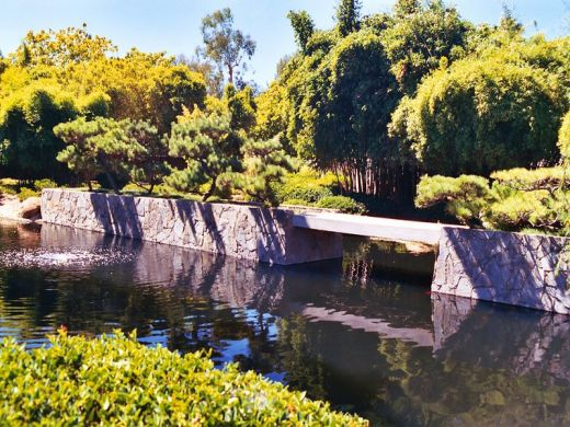 pont en pierre sur le bassin du jardin botanique de los angeles. Black Bedroom Furniture Sets. Home Design Ideas